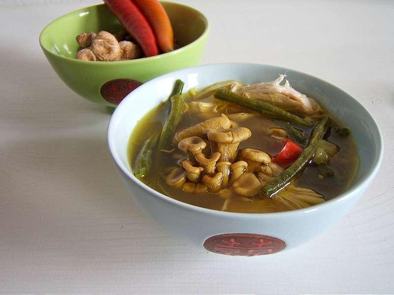 asiatische-huhnersuppe-mit-schlangenbohnen