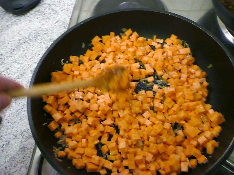 maispfannkuchen-mit-suesskartoffel-zutaten-in-pfanne