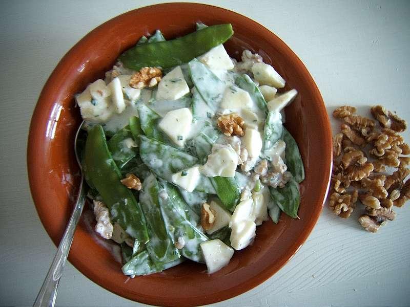 Zuckerschotensalat mit Walnüssen