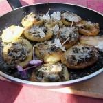 Bratkartoffeln mit Gierschblättern und Phlox (Bratkartoffeln mit Gierschblättern und Phlox)