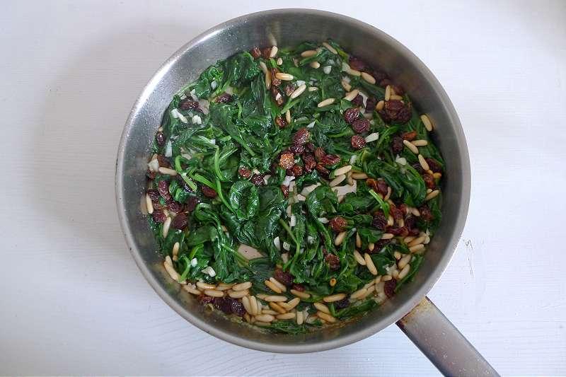 Gebratener Spinat mit Rosinen und Pinienkernen