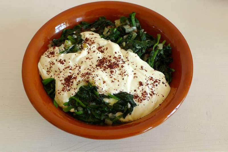 Spinat mit Joghurtsauce und Sumach