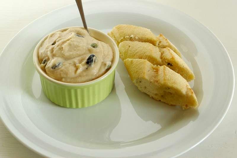 Dip aus weißen Bohnen, Kapern und Oliven