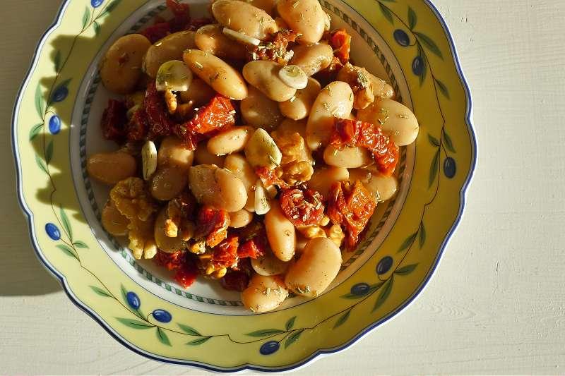 Weiße Bohnen mit Walnusskernen und getrockneten Tomaten