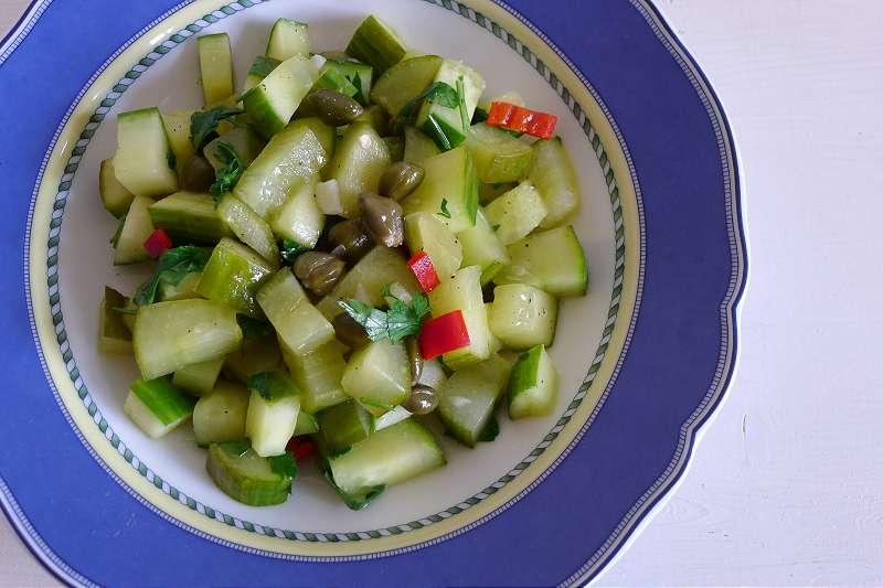 süß-saurer Gurken-Kapernsalat