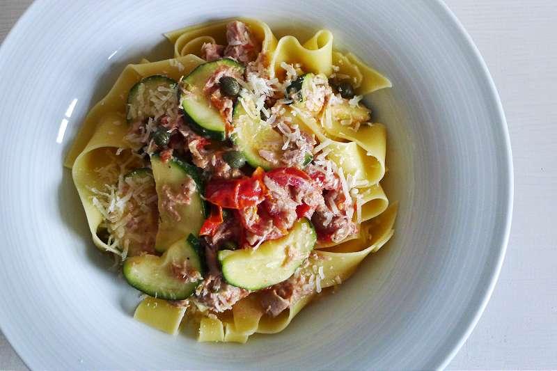 Bandnudeln mit Thunfisch und Tomaten