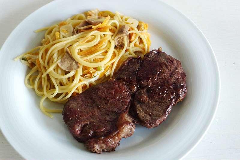 Zitronenspaghetti mit Steinpilzen und Mozzarella