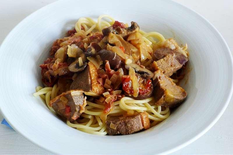 Spaghetti mit mit Serranoschinken und Entenbrustfilets in Sahnesauce