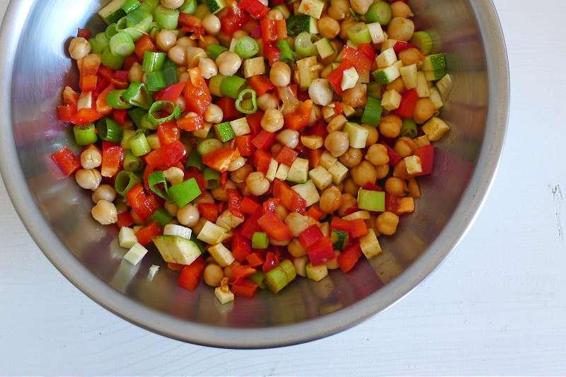 Scharfer Kichererbsensalat mit Zucchini