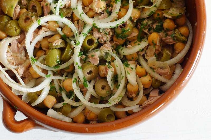 Thunfischsalat mit Kichererbsen und Oliven_ji-W800