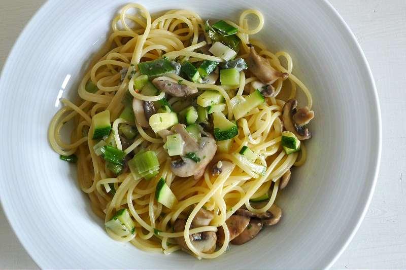 Spaghetti mit Blauschimmelkäse-Sauce, Champignons und Zucchini_ji-W800
